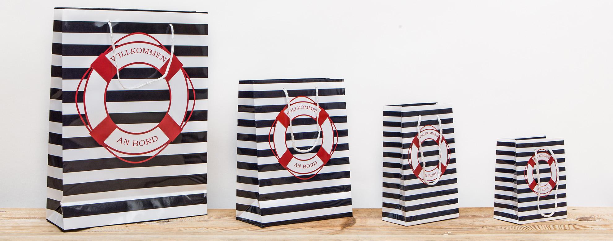 Hier bieten wir Geschenktüten im tollen maritimen Design an. Zum Beispiel  Geschenktüten in blau und weiß gestreift... mehr erfahren » 80bc25dbb5