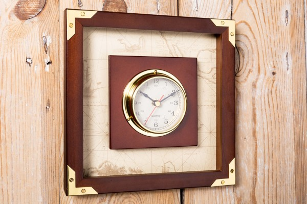 Uhr im Holzrahmen, Messing