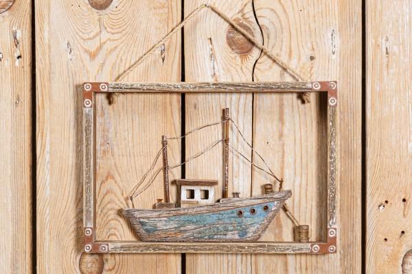 Schiff im Holzrahmen
